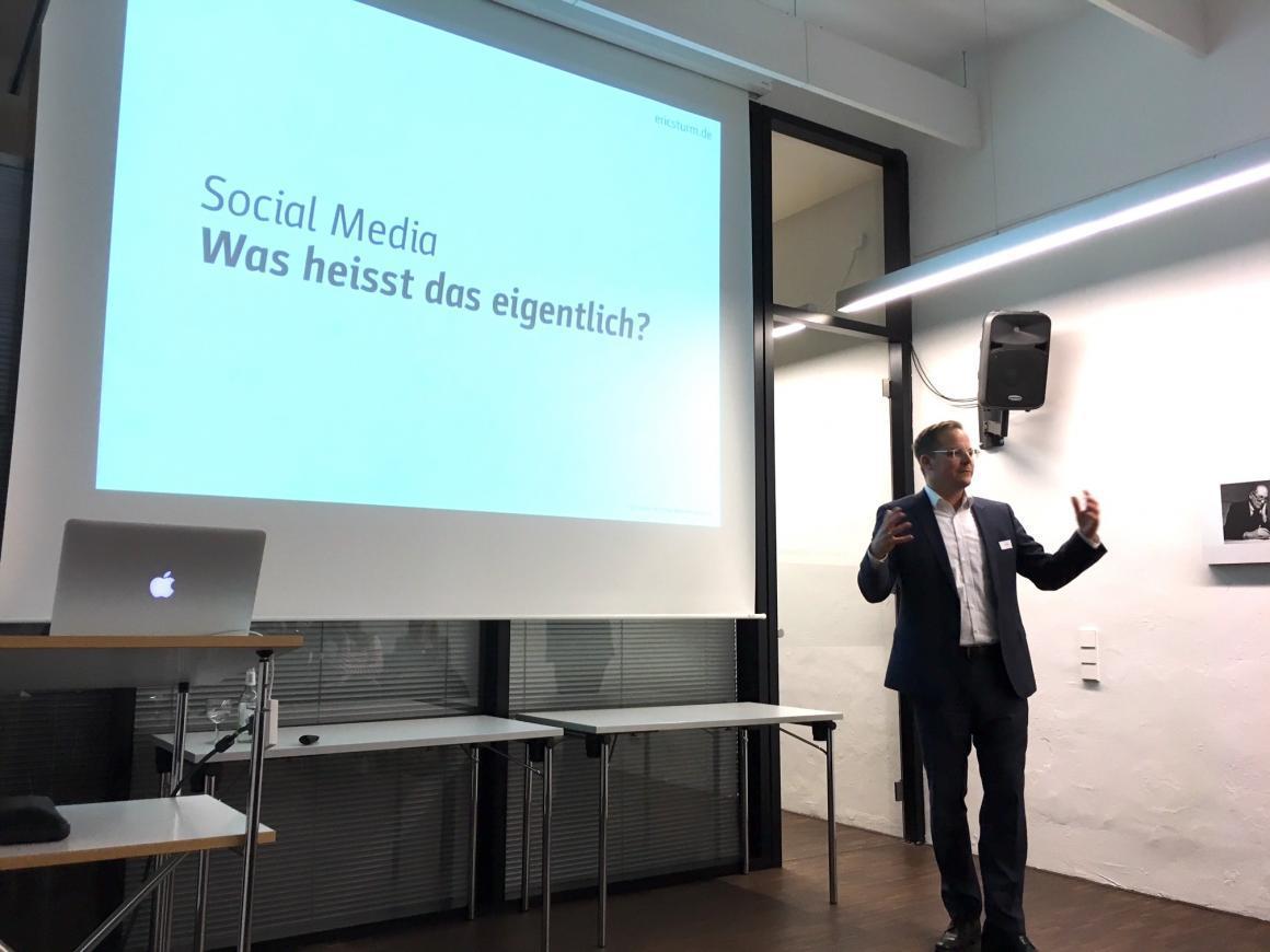 Social Media-Vortrag von Eric Sturm im Architekturschaufenster Karlsruhe (Foto: Nicole Heptner, JUNG)